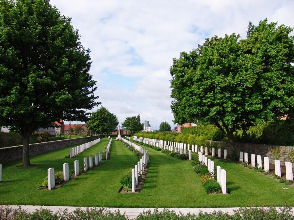 London Rifle Brigade Cemetery is located 15 Kms south of Ieper town centre, on a road leading from the Rijselseweg, N365, which connects Ieper to Wijtschate, Mesen, Ploegsteert and on to Armentieres.