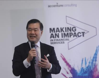 [Photo 2] During the visit at Accenture FinTech Innovation Lab London, Dr Lee George Lam, Chairman of Cyberport, said, We are keen to understand more about the development of the FinTech in every