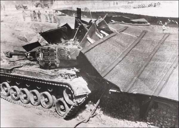 Chronology 391 Fig. 6.18 An American tank destroys a barrack at the Koje Island prisoner camp. This was during practicing in an unused part of the prisoner camp before the showdown with the prisoners.